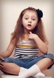 Fundersamt talande stilbarn som ser roligt 4 gammala år för flicka Fotografering för Bildbyråer