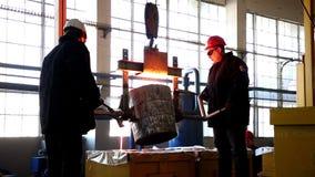 Fundição do ferro fundido Os trabalhadores derretem o ferro fundido Planta Produção industrial loja plano médio Dois trabalhadore video estoque