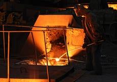 Fundición con el hierro en lingotes de fusión candente Fotografía de archivo