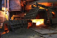 Fundición con el hierro en lingotes de fusión candente en Rusia Imágenes de archivo libres de regalías