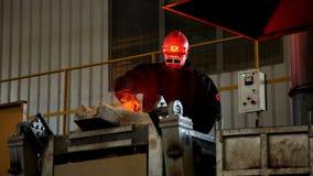 Fundición del arrabio en los trabajos de hierro y de acero metalurgia Industria Industria pesada Trabajador de la planta Trabajo  almacen de video
