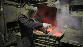 Fundición del hierro del trabajador que controla en hornos metrajes