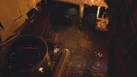 Fundición del metal en horno de la acería cantidad La opinión superior sobre el pote de metal solidificado al lado de asperja y c almacen de metraje de vídeo