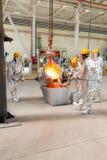 Fundición en una planta metalúrgica Derramamiento del metal fundido Imagenes de archivo