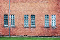 Fundo abandonado da arquitetura com parede e janelas de tijolo Fotos de Stock