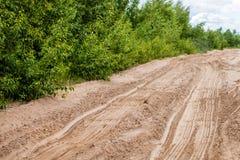 Fundo abstrato - as trilhas da roda na areia Foto de Stock