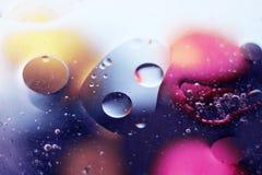 Fundo abstrato bonito do espaço, gotas misturadas e água e óleo fotografia de stock