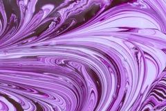 Fundo abstrato bonito O processo de misturar a pintura roxa e branca foto de stock royalty free
