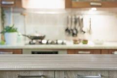 Fundo abstrato borrado Cozinha moderna com tabletop e espa?o para a exposi??o seus produtos imagens de stock
