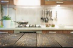 Fundo abstrato borrado Cozinha moderna com tabletop e espa?o para a exposi??o seus produtos fotografia de stock royalty free