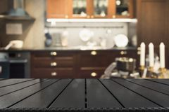 Fundo abstrato borrado Interior escuro moderno da cozinha com o tabletop para o fundo e o espaço para você fotos de stock royalty free