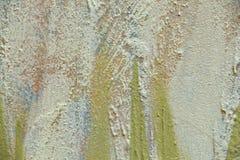 Fundo abstrato borrado A textura de uma superf?cie ?spera concreta pintada com quebras e cursos grosseiros da cor do cal fotografia de stock royalty free