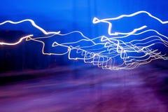 Fundo abstrato com linhas luminosas no fundo obscuro fotos de stock