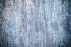 Fundo abstrato com lugar para o texto Cerca velha do metal pintada desigualmente com pintura azul suja fotografia de stock royalty free