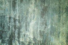 Fundo abstrato com lugar para o texto A cerca velha do metal pintou desigualmente a pintura suja do verde e a branca imagem de stock