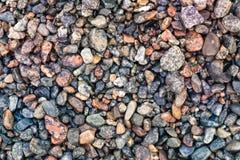 Fundo abstrato com teste padrão decorativo do assoalho de pedras molhadas do cascalho do mar imagem de stock