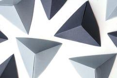 Fundo abstrato com tetraedros do origâmi do espaço e do monochrome da cópia Imagens de Stock Royalty Free