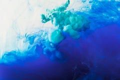 fundo abstrato com tinta de fluxo do azul e da turquesa na água fotos de stock royalty free