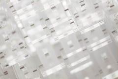 Fundo abstrato da alto-tecnologia Uma folha do plástico ou do vidro transparente com os furos cortados Corte do laser de fotos de stock