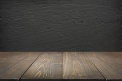 Fundo abstrato da cozinha Esvazie o tabletop de madeira e o quadro preto da ardósia para a exposição ou a montagem Fotos de Stock Royalty Free