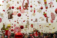 Fundo abstrato da decoração de ano novo na alameda, no aeroporto ou na sala da estação Espaço da cópia para alguma etiqueta Decor foto de stock