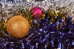 Fundo abstrato das decorações do Natal com boas e ornamento fotos de stock royalty free