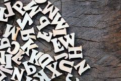 Fundo abstrato das letras em uma textura de madeira velha Copie o espaço para o projeto imagens de stock