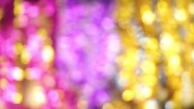 Fundo abstrato de Bokeh do Natal Fim Unfocused do ouropel acima do tiro vídeos de arquivo
