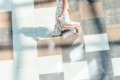 Fundo abstrato do borrão na figura do movimento de uma jovem mulher Fotos de Stock Royalty Free