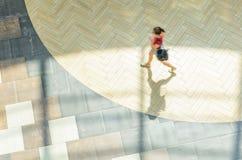 Fundo abstrato do borrão na figura do movimento de uma jovem mulher Foto de Stock Royalty Free