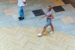 Fundo abstrato do borrão na figura do movimento de uma jovem mulher Foto de Stock