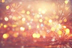 fundo abstrato do brilho do ouro e da prata com fogos-de-artifício Noite de Natal, 4o do conceito do feriado de julho Fotografia de Stock