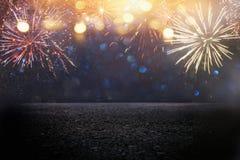 fundo abstrato do brilho do preto e do ouro com fogos-de-artifício e assoalho ou fase do asfalto Noite de Natal, 4o do conceito d Imagens de Stock
