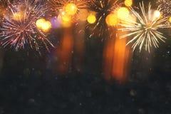 fundo abstrato do brilho do preto e do ouro com fogos-de-artifício Noite de Natal, 4o do conceito do feriado de julho Fotografia de Stock Royalty Free