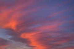Fundo abstrato do céu azul do por do sol da noite bonita com as nuvens alaranjadas e cor-de-rosa fotografia de stock