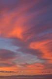 Fundo abstrato do céu bonito do nascer do sol da manhã com as nuvens alaranjadas e cor-de-rosa imagens de stock