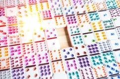Fundo abstrato do conceito do espaço do negócio com dominós a zumbir, planeamento de espaço vazio do negócio imagem de stock