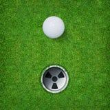 Fundo abstrato do esporte do golfe da bola de golfe e do furo do golfe no fundo da grama verde foto de stock