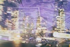 Fundo abstrato do negócio - de arranha-céus noturnos e de dólares dispersados das cédulas Fotografia de Stock