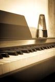 Fundo abstrato e do borrão Teclado de piano do close up com metron imagens de stock