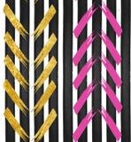 Fundo abstrato - o teste padrão sem emenda listrou o papel de parede no ouro, rosa, cores pretas Imagem de Stock