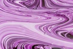 Fundo abstrato para disposições Close-up incomum dos testes padrões ao misturar a pintura branca e violeta foto de stock