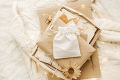 Fundo acolhedor do inverno com letras velhas e as flores secas imagem de stock royalty free