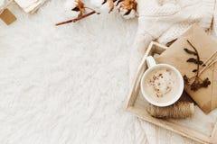 Fundo acolhedor do inverno com xícara de café, a camiseta morna e letras velhas fotos de stock