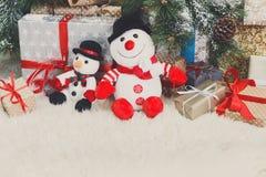 Fundo acolhedor do Natal Bonecos de neve e presentes do brinquedo sob o YE novo Foto de Stock Royalty Free