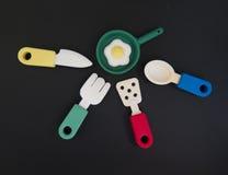 Fundo alegre sobre o alimento com os pratos do brinquedo da cor, scrambled Foto de Stock