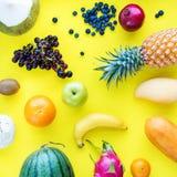 Fundo amarelo ajustado dos frutos tropicais de vista superior fotografia de stock royalty free