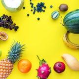 Fundo amarelo ajustado dos frutos tropicais de vista superior foto de stock royalty free