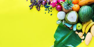 Fundo amarelo ajustado dos frutos tropicais de vista superior imagens de stock royalty free