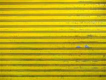 Fundo amarelo brilhante da textura da porta do obturador do rolo do Grunge Imagens de Stock Royalty Free